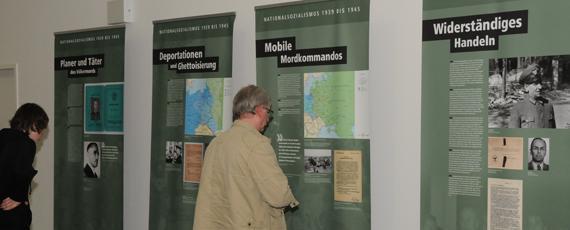 Besucher vor Ausstellungstafeln