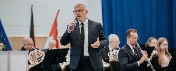 Rainer Grieger, ehemaliger Hochschulpräsident, verabschiedete sich mit einem musikalischen Beitrag ganz persönlich von den Anwärterinnen und Anwärtern, die er selbst miteingestellt hat.
