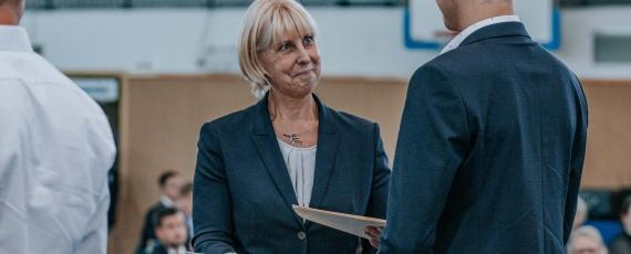 Hochschulpräsidentin Dr. Heike Wagner begrüßt die Neueinstellungen herzlich und übergibt ihnen die Ernennung auf Widerruf.